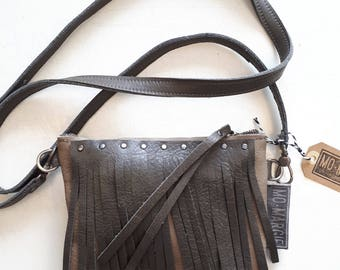 Tough little bag with sturdy metal zipper and staple. Nice detail: tassels! Size 17 x 21 cm