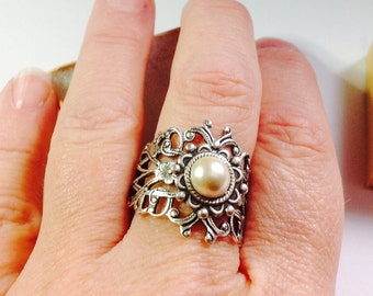 oO IVORY Oo kiska white pearl cab silver ring