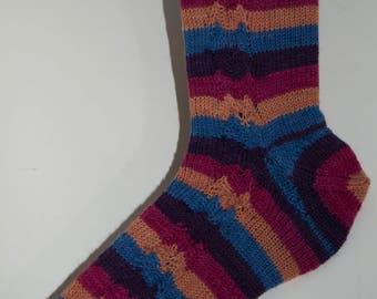 Handgestrickte Socken in Regenbogenfarben