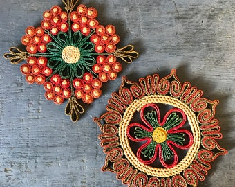 vintage woven straw flower trivet - boho kitchen decor - red green wall hanging