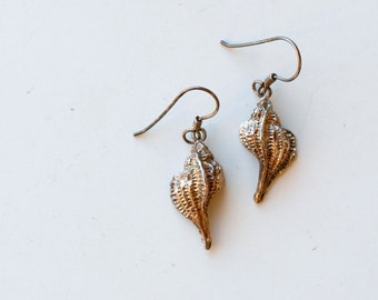 1970s sterling shell dangles / 70s vintage etched silver conch shell dangling earrings