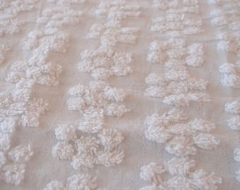"Vintage Inspired Chenille white daisy pattern, 18"" x 24"" - 300-65"