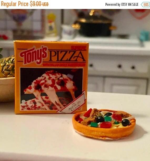 SALE Miniature Pizza and Box, Dollhouse Miniatures, 1:12 Scale, Miniature Food, Dollhouse Food, Accessory, Decor, Mini Pizza