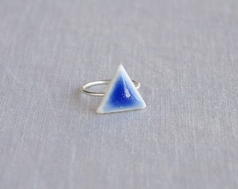 TRIANGLE midi ring. White porcelain, cobalt blue ceramic glaze, silver plated band, trending geometric jewellery