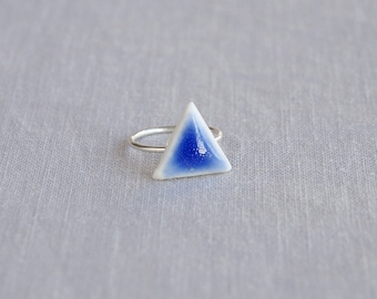 TRIANGLE midi ring. White porcelain, cobalt blue ceramic glaze, silver plated band, trending geometric jewellery