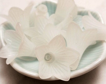 21mm x 23mm Acrylic Lucite Large Trumpet Flower Beads - (white) 10 pcs per bag