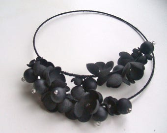 Memory Wire Necklace with black flowers and glass beads- Black necklace - Memory Wire - Handmade - OOAK necklace - Black flowers necklace