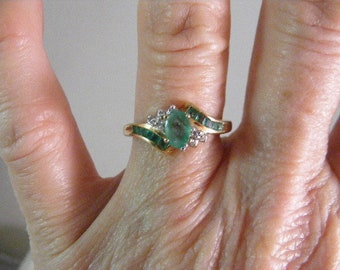 10kt Emerald and Diamond Ring in Yellow Gold..... Lot 4971
