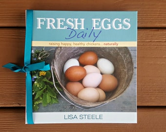 FRESH EGGS DAILY: Raising Happy Healthy Chickens ... Naturally. Chicken Keeping Book Signed by the Author