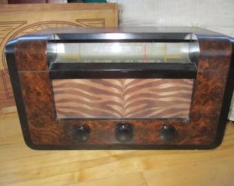 RCA Victor Victor Model 66X3 Tube Radio Circa 1940s Movie Set Photo Prop Wood casing Very good antique