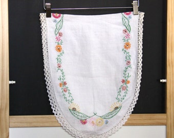 Table Runner Hand Embroidered - Oval Table Runner with Embroidered Flowers - Crochet Border - Vintage - Dresser Scarf