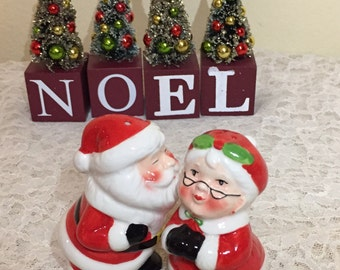 Kissing Mr And Mrs Claus Salt Pepper Shaker Set