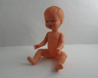 Old, small doll with sleeping eyes. Plastic body, hard plastic head. Stork brand, made in Italy. Length approx. 15.5 cm. Vintage