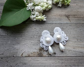 White and pearls-  soutache earrings ! Wedding earrings orecchini soutache, boucles d'oreilles soutache