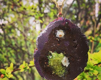 geode agate crystal pendant with preserved moss and babys breath in resin terrarium necklace, gold, brass, wedding, flowers ,boho, purple