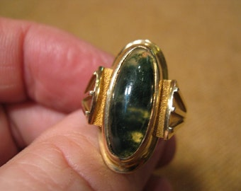 Remarkable Art Deco 14 Carat Gold Green Agate Ring 10 Grams.