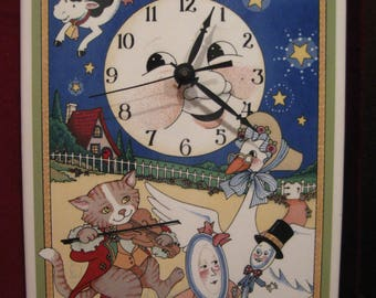 "Mary Engelbreit Mother Goose HEY DIDDLE DIDDLE Nursery Rhyme Ceramic Wall Clock 8"" x !2"" Hanging, Vintage 1994 Mice Children Baby Room 911"