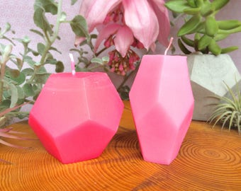A pair of geometric candles in pastell-neonpink and pastell-neonbabypink