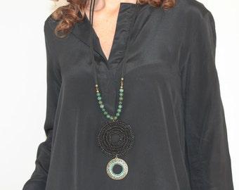 Collar largo estilo étnico negro con colgante hindú de verdes piedras incrustadas