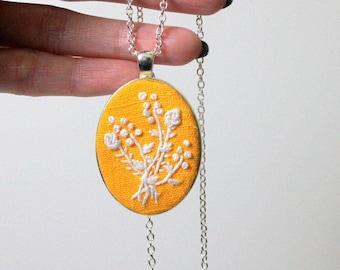 Brodé, collier floral jaune, pendentif de bouquet de fleur, bijoux brodé, cadeau de fête des mères à la main