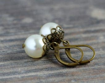 Vintage bride | Vintage Bridal jewelry set of pearl earrings and a short chain with Pendant in cream