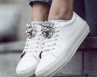 Löwe-SneakeBug-Accessoire. Brosche für Schuhe.