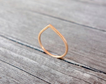minimalistic ultra thin drop shaped ring. 18 kt (750) rosegold. stacking ring.