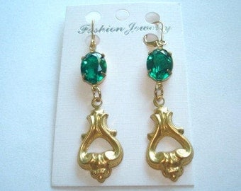 Green Glass Stone Dangle Earrings Gold Tone