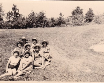 Vintage Snapshot Photo - Group Of Ladies In Straw Hats