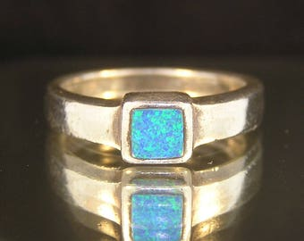 Vintage .925 Sterling Silver Lab Created Opal Estate Consignment Ring