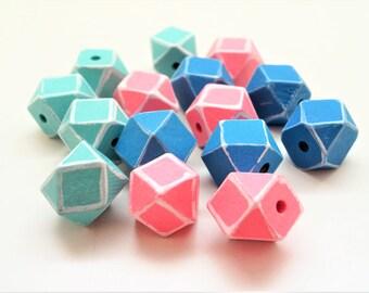 Kit de 15 Perles polygones en bois naturel, peints vert, bleu foncé, rose avec bordures blanches, 20 mm