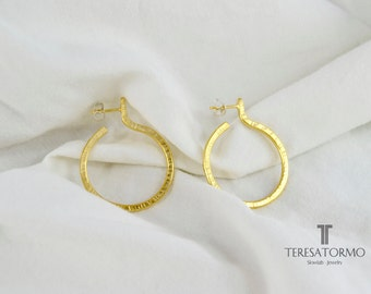 Hoop earrings handcrafted with textured whith gold plated.
