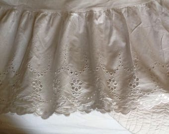 Vintage French bedskirt, valence,  in broderie anglaise. White ruffled Bedskirt in beautiful white broderie anglaise, excellent condition.