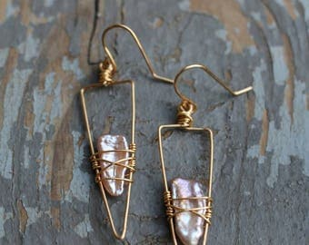 Isosceles triangle & Wirewrapped pearl earrings (pink)