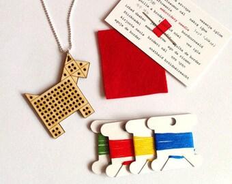 BRICOLAGE au point de croix Collier - pendentif en bois avec un Design géométrique chien