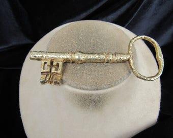 Vintage Large/Wide Goldtone Key Pin