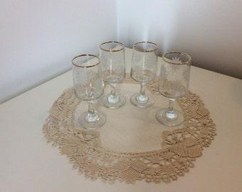 Kleine glazen stemmed bril, mooi glaswerk, gouden bril, glazen sherry, vintage glaswerk land wonen,