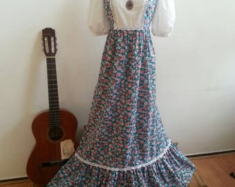 Moonchild Vintage 70s Prairie Dress with big lace baloon sleeves and cotton floral fabric. Country Hippie Bohemian Style