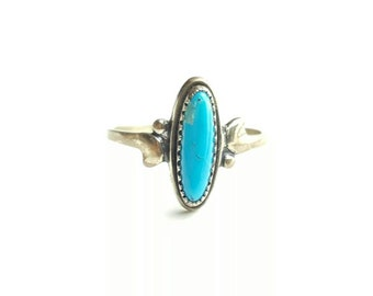 Elegant Vintage Sterling Silver Native American Turquoise Ring with Fancy Accents- Size 5