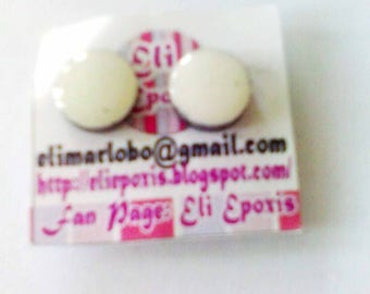 Earrings with white magnet in front // Size 0,9 cm