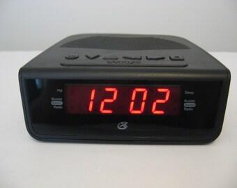 Vintage - GPX - Clock AM/FM Radio - Black