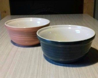 Matching mixing bowls in dark green and pale pink. Both in fantastic condition- see images.  Measure approx. 10 cm deep and 20 cm across.