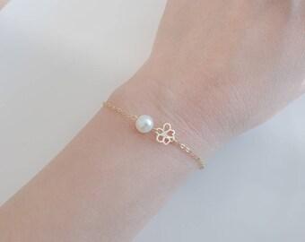 Sakura Bracelet, Flower Bracelet, Pearl Bracelet, Daisy Flower, flower girl gift, dainty gold bracelet, gold bracelet, single pearl bracelet