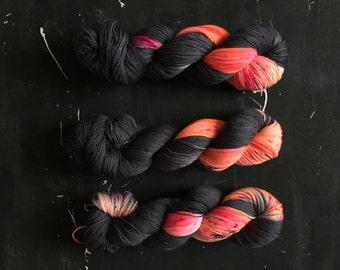Hand dyed merino wool sock yarn 100 g / 425 m / Indie dyer Lystig Yarns / Fire Alarm