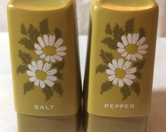 Vintage 1970s Plastic Salt and Pepper Shakers Green with Daisies
