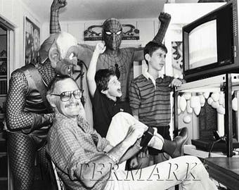 Stan Lee playing Spiderman on Atari in 1982, Marvel, Marvel Comics, Spider-Man - 8x10 (JS1469)