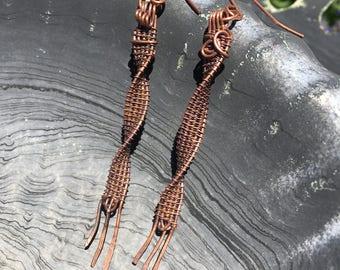 Swirl free swinging earrings