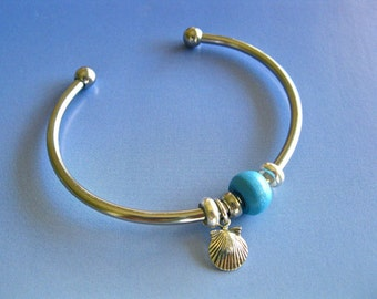 Camino scallop shell charm bangle with personal coloured bead