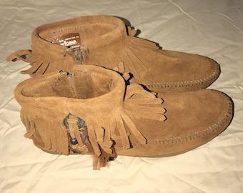 Minnetonka feathered fringe Ankle boots Size 6.5