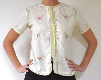 SPRING SALE / 30% off Vintage 60s 70s Butter Yellow Flowers in a Basket Embroidered Short Sleeved Button front Blouse (size small, medium)
